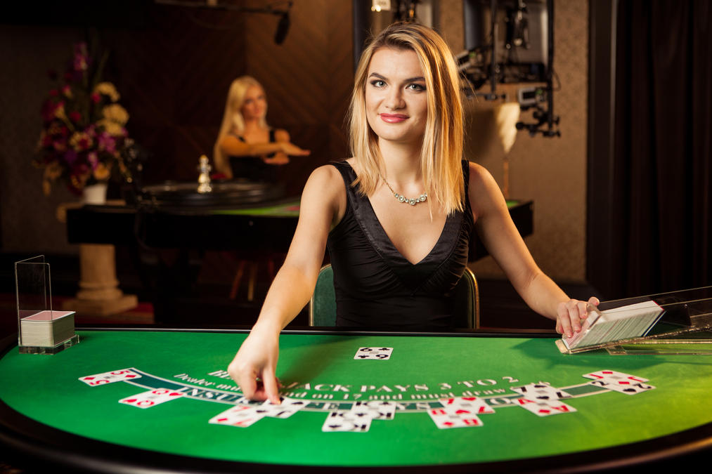 Is there a dealer in poker where to play poker online